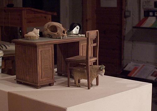 'innen einrichten 1989 – 2009' Holz u.a., Höhe ca. 13,5 cm